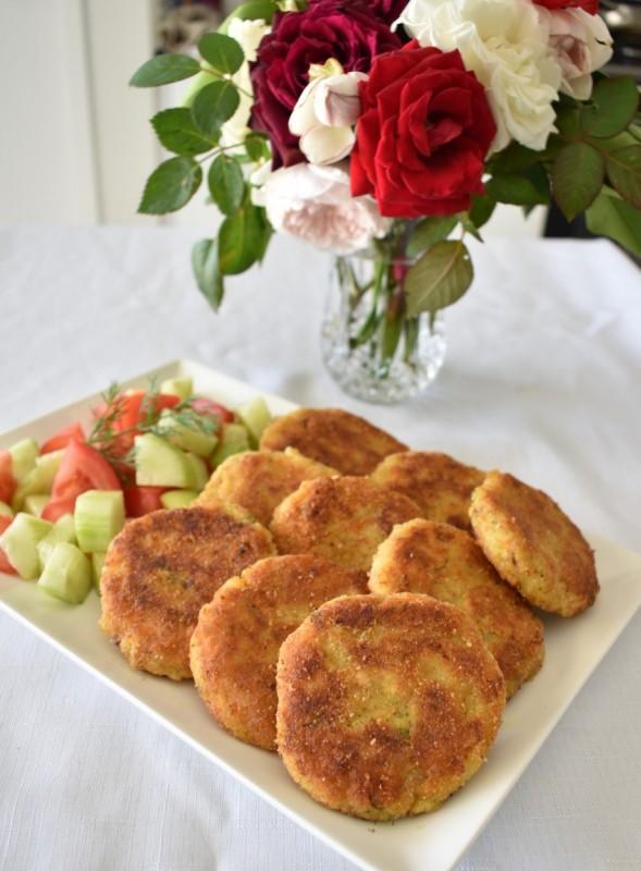 Плескавици со лосос и компири