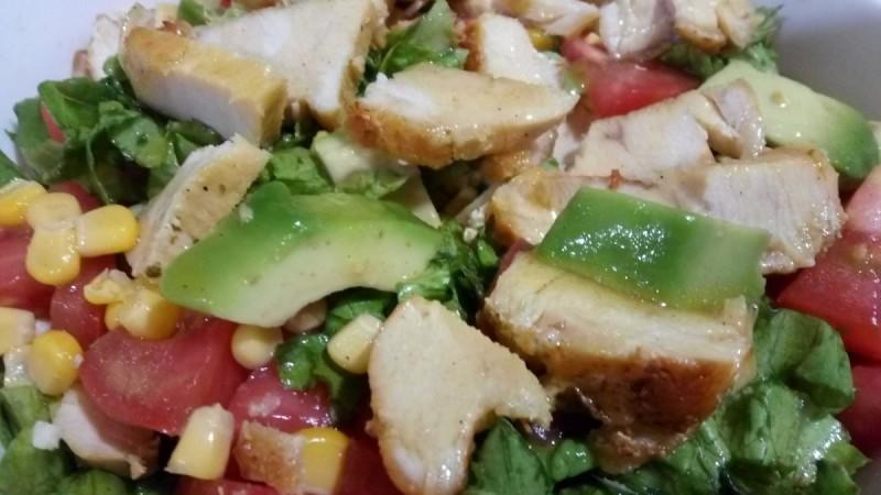 Мексиканска салата со пилешко месо и авокадо