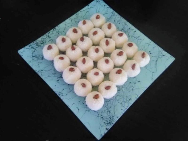 Слатки бомбици со ориз и кокос