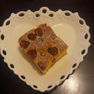 Нежен колач со мед, лимон и цреши