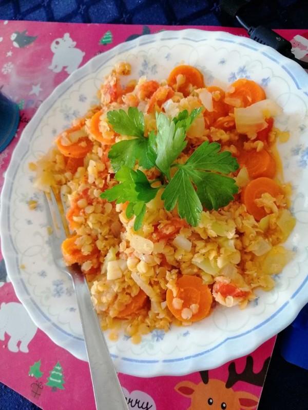 Црвена леќа со зеленчук