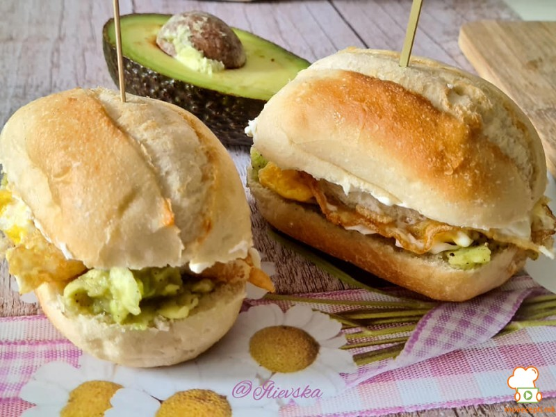 Авокадо сендвич со јајце
