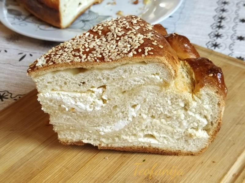 Лисната погача со путер и сирење