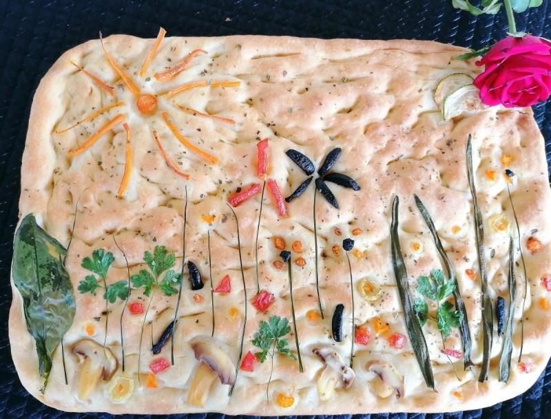 Фокација (декорирана со свеж зеленчук)