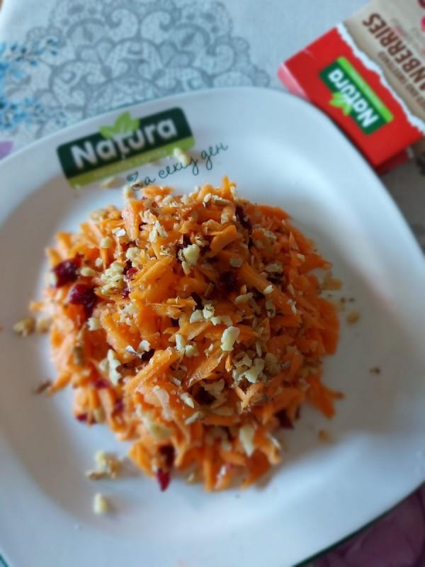 Салата со морков и брусница