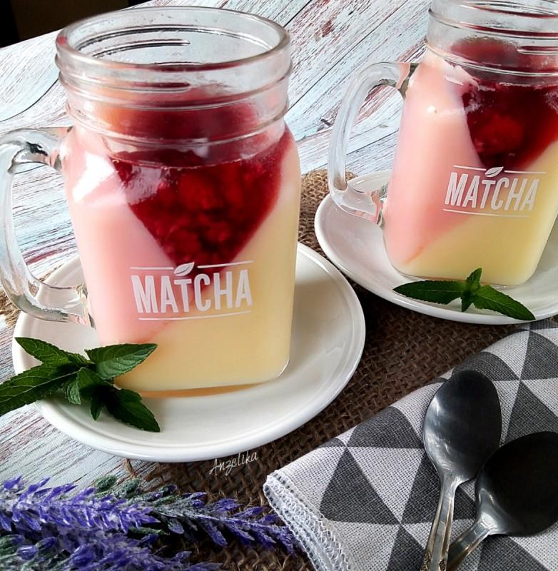 Десерт со пудинг и желе со малини
