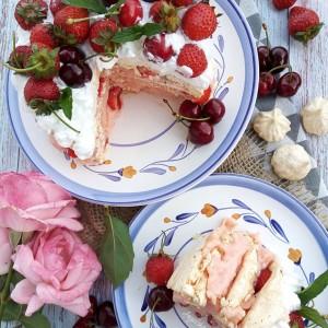 Павлова торта со пудинг и јагоди