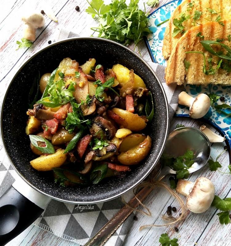 Млад компир со чадена сланина и печурки