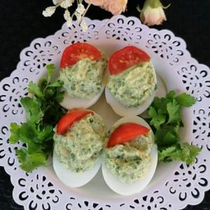 Полнети јајца со магдонос и топено сирење