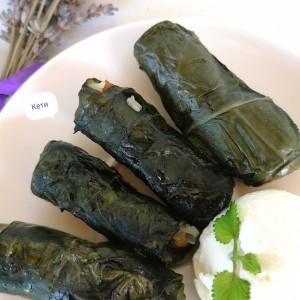 Сармички од блитва со мајчина душичка и  чаден свински бут