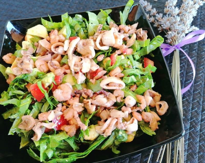 Летна салата со авокадо и мешавина на морски плодови