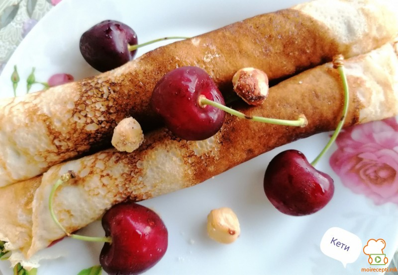 Банана палачинки,  со цреши и крем или мед