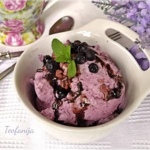 Сладолед од боровинки со кора од лимон