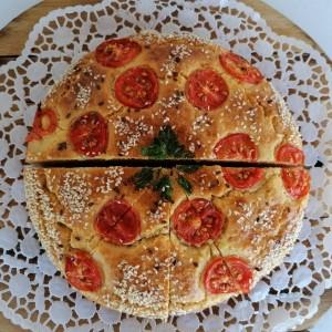 Погача со пециво и шери домати