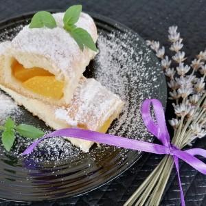 Штрудлички со сезонско овошје, со праски