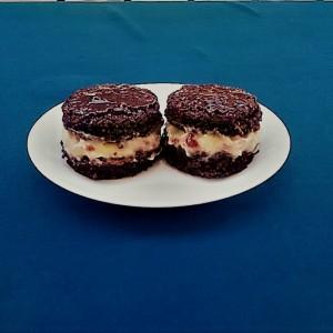Мини какао тортички со пудинг и џем од малини