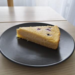 Кремаст колач со лимон и боровинки