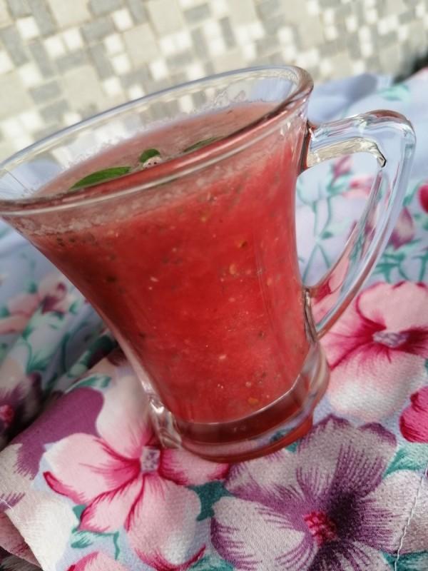 Безалкохолен пијалок од лубеница и чиа семки