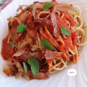 Шпагети во сос од домати со босилек и свински, чаден пршут