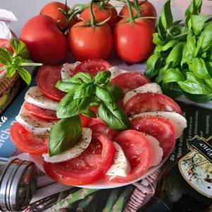 Капрезе салата со глазура од балсамико