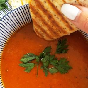 Супа од домат со полнети лепчиња за мацкање