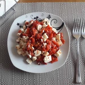 Урнебес салата со печени толчени пиперки
