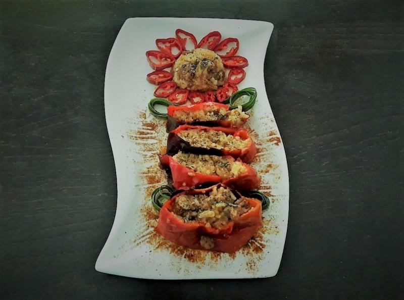 Полнети пиперки со киноа, ориз и мелено месо