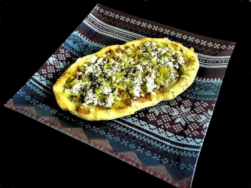 Брза отворена пита со топено сирење и маслинки