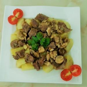 Јунешко месо со компир и шампињони