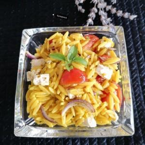 Летна салата со орзо тестенина, варена со куркума и свеж зеленчук