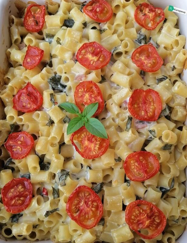Гратинирани макарони со зеленчук и сланина