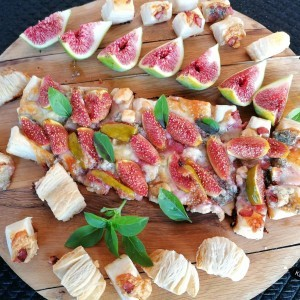 Тарт од лиснато тесто, свежи смокви и горгонзола...