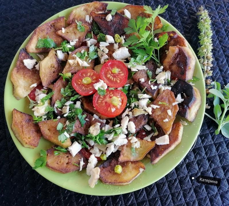 Салата од црн домат, шери домати, свеж босилек и свеж магдонос