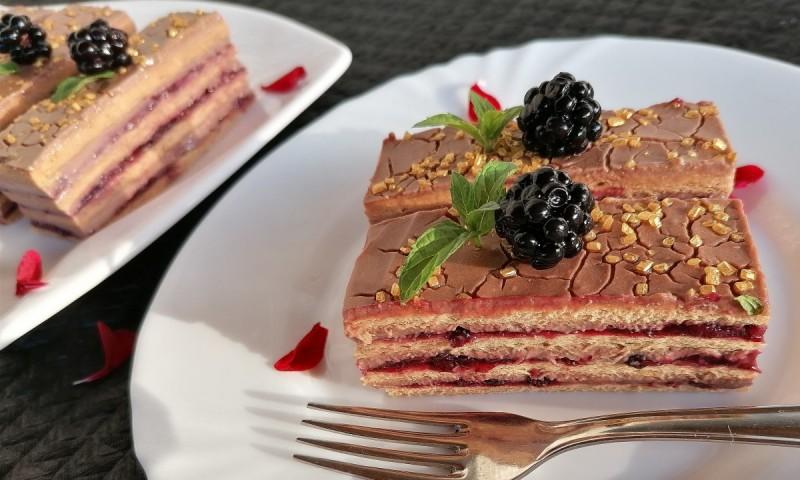 Десерт со какао кори, чоколаден фил и капини