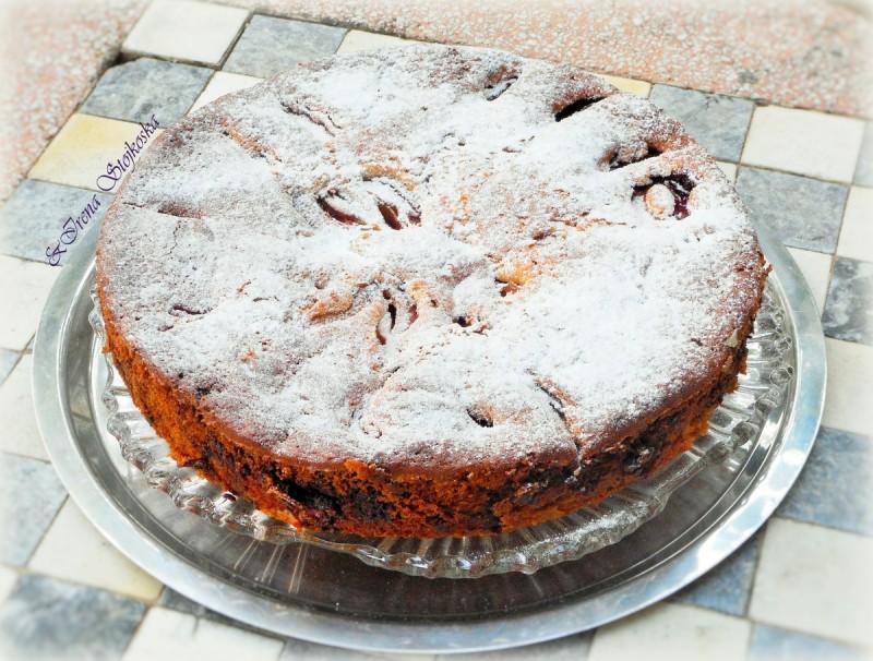 Колач со црни (модри) сливи со цимет и чоколадо