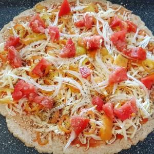 Интегрална пица со пиперки, домат и кашкавал