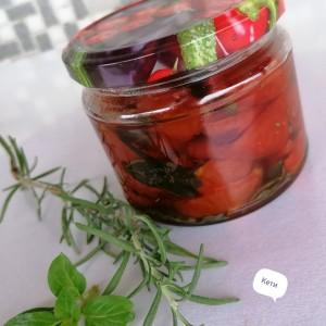 Шери домати во масло и ароматични зачини