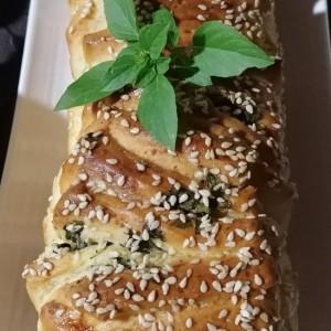 Pull apart  леб со путер, урда и свеж босилек