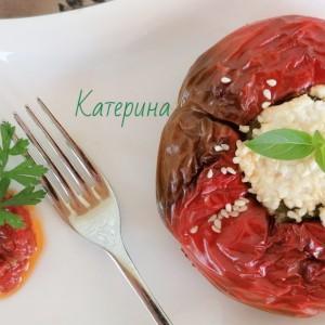 Полнети црвени пиперки со зеленчук