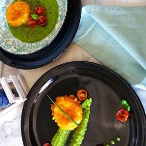 Моцарела во корнфлекс со пире од грашок и печени шери домати