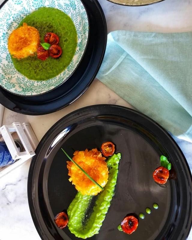 Моцарела во корнфлекс со пире од грашок и печени чери домати