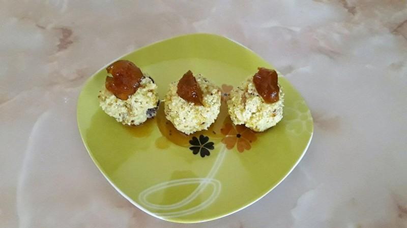Бомбици со суви кајсии, чоколадо и лешници