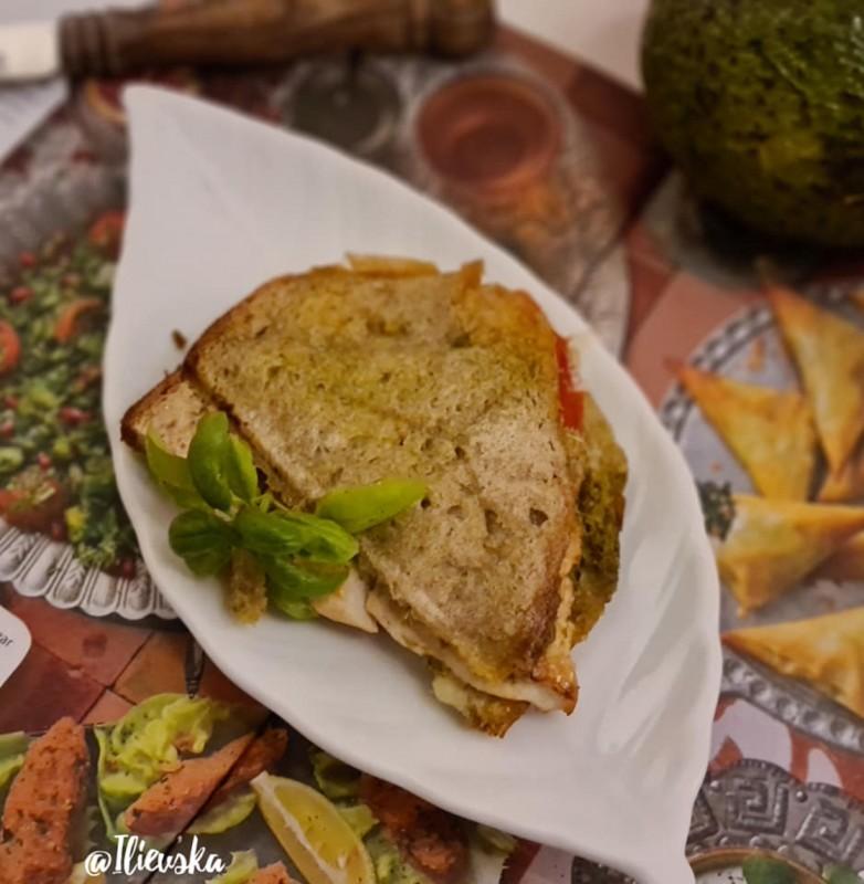 Тостиран сендвич со моцарела и пилешки стек