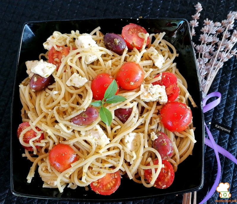 Шпагети со песто Џеновезе  и шери домати