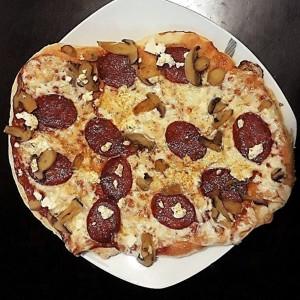 Брза пица со овчо сирење, лук, чајна и печурки