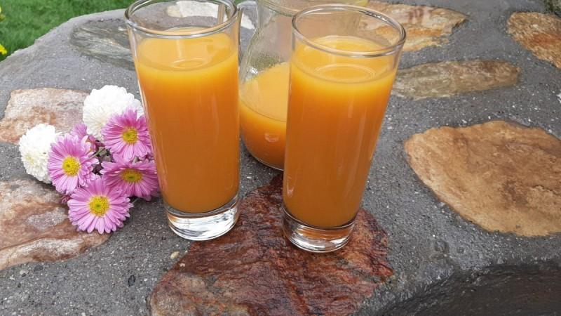 Домашен сок од јаболка, круши и моркови