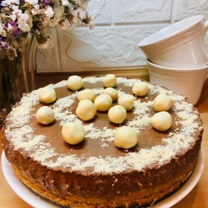 Торта со лешници и мелени бисквити (без печење)