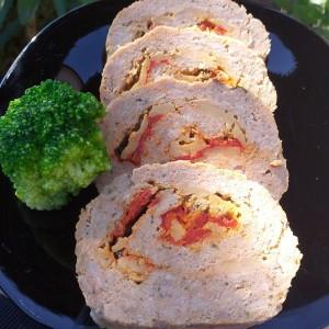 Декоративен ролат со мелено месо и пиперки