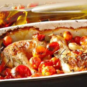 Пилешко со домати, лук и рузмарин