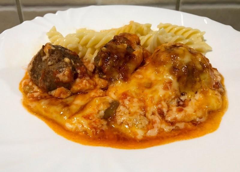 Ќофтиња со доматен и бешамел сос и модар патлиџан